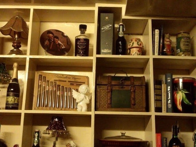 A shelf of antique items and decors at Casa Renato