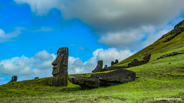 Estátuas de pedra da Ilha de Páscoa, os moais, abandonados nas encostas do vulcão Rano Raraku