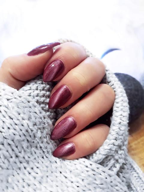 Pomysł na paznokcie, hybrydowy Cat Eye, metaliczny wzór na paznokciach, zdobienie paznokci