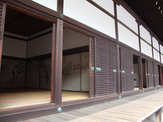 gli interni, con le pareti dipinte e i tatami