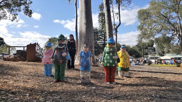 'Tourists in Mundaring' Sculpture by Stuart Elliot   Mundaring