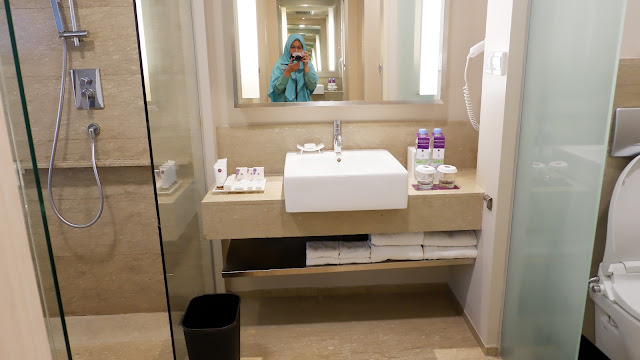 toilet yang luas dan nyaman  di hotel grand mercure