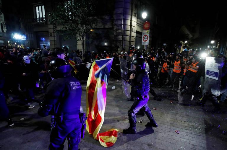 Polícia e manifestantes entram em confronto durante ato separatista em Barcelona