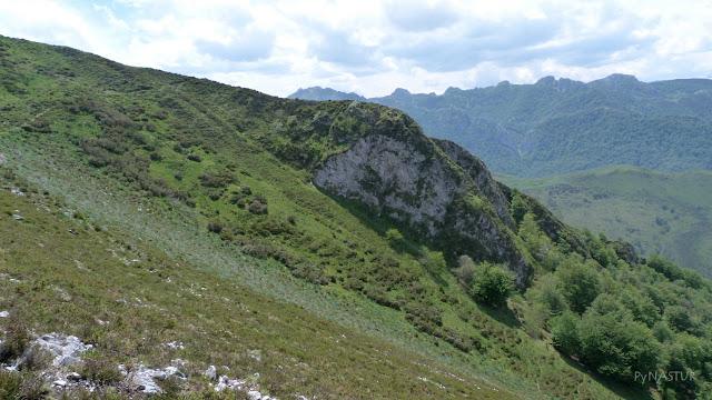 Valliña Luiña y Hayedo del Río Infierno al fondo - Asturias