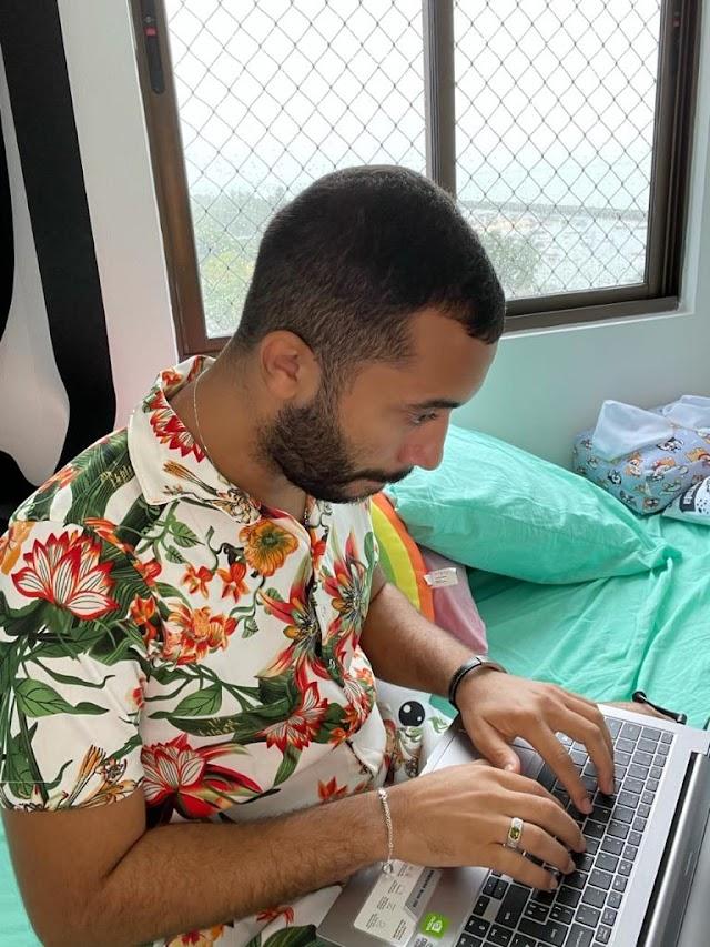 Gil do Vigor sofre ataque homofóbico na web e responde anunciando livro pela 'Globo Livros'