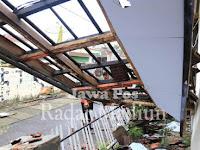 Diterjang Angin, Atap Kantor Humas Pemkab Ponorogo Ambrol