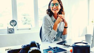 Femme souriante pc, gagner de l'argent en ligne avec Amazon