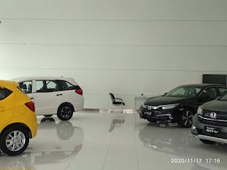 Mobil Brio, Mobilio, BRV di pajang di ruang pamer Showroom Honda