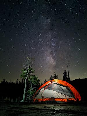 Ein Bild von einem Nachthimmel, aufgenommen mit dem Pixel 4.