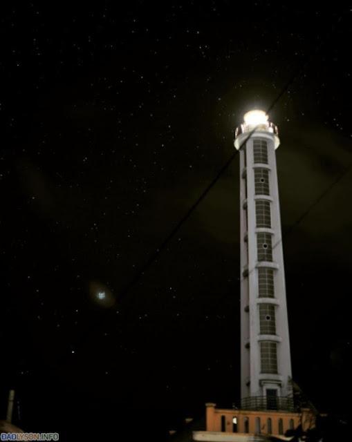 Ngắm bầu trời đêm đầy sao cực lãng mạn dưới ngọn hải đăng Lý Sơn