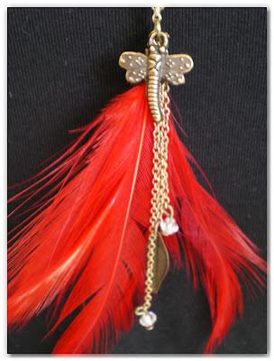 pendentif sautoir libellule bronze vieilli et plumes rouge vif