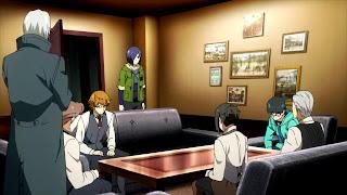 Duża ekipa ghuli z kawiarni Anteiku siedzi przy stole