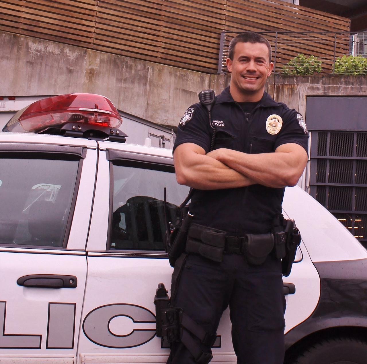 sexy-mature-masculine-cop-daddy-handsome-uniformed-policeman-dilf