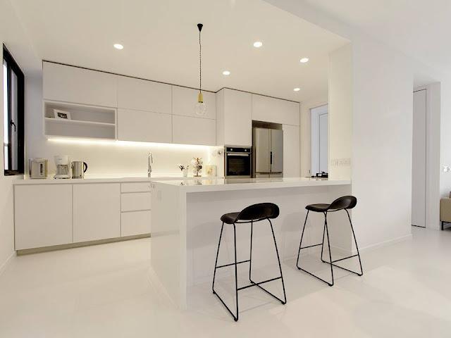 Una cocina blanca abierta y con la placa de cocci n for Cocinas blancas