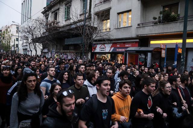 Άγρια καταστολή: Με τις μηχανές πάνω στο πλήθος και με κλομπ στο ψαχνό