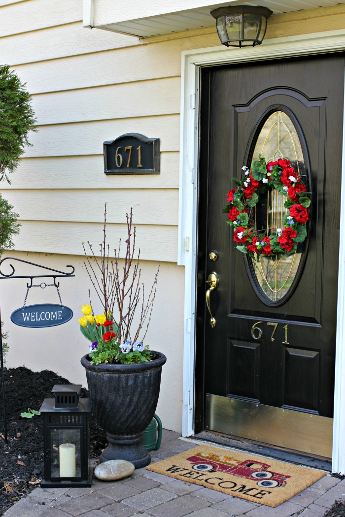 Use containers and DIY geranium wreath to add curb appeal