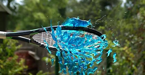 Esmagar gelatina com uma raquete de tênis em super câmera lenta