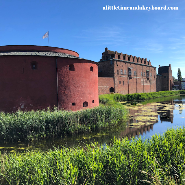 Malmӧhus Castle stands regally over its surrounding moat.
