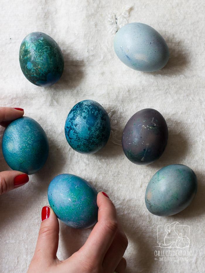 DIY Jak naturalnie zabarwić jajka na Wielkanoc na różne kolory?