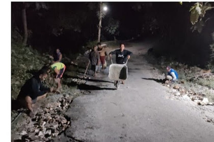 Prihatin Jalan Rusak Parah Warga  Di Tuban Iuaran Untuk Pengecoran