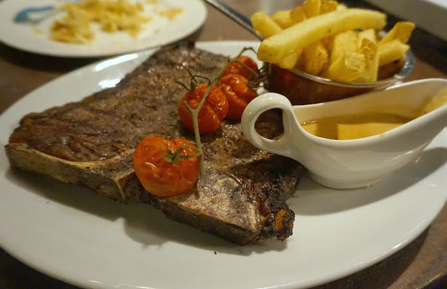 t-bone steak with tomatoes and chips