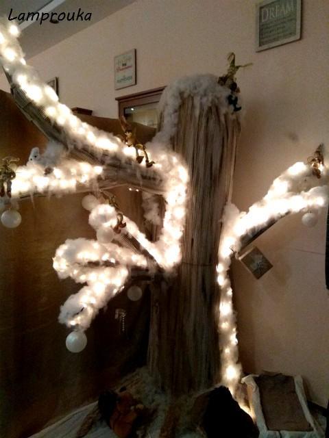 Χριστουγεννιάτικη διακόσμηση βιτρίνας καταστήματος.