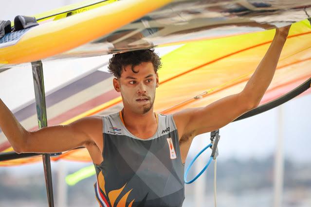 Kiran Badloe segurando sua embarcação