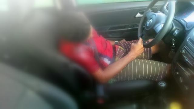 Homem é executado a tiros em veículo