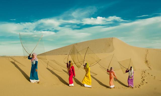 Xung quanh đồi cát Quang Phú Quang Phú  còn một số đồi cát khác như đồi cát Nhân Trạch, Bàu Trưng… Ngoài thăm quan cồn cát Quang Phú, bạn có thể tìm về xã Nhân Trạch cách cồn cát khoảng 5km, để thăm quan đình làng cũng như phong tục của người dân làng biển như: Múa cầu ngư, múa bông chèo cạn, lễ rước ngư ông…