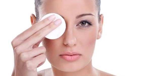 Bersihkan Make Up Saat Menjelang Tidur