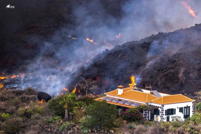 A house miraculously escapes from the volcano of the Spanish island of La Palma The volcanic eruption on the small island of La Palma, one of the Spanish Canary Islands, destroyed hundreds of homes, but one miraculously survived.