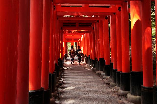 Dos japonesas vestidas con traje tradicional paseando por Fushimi Inari-Taisha