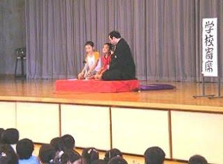 生徒が楽しく学べる三遊亭楽春の学校寄席の風景です。