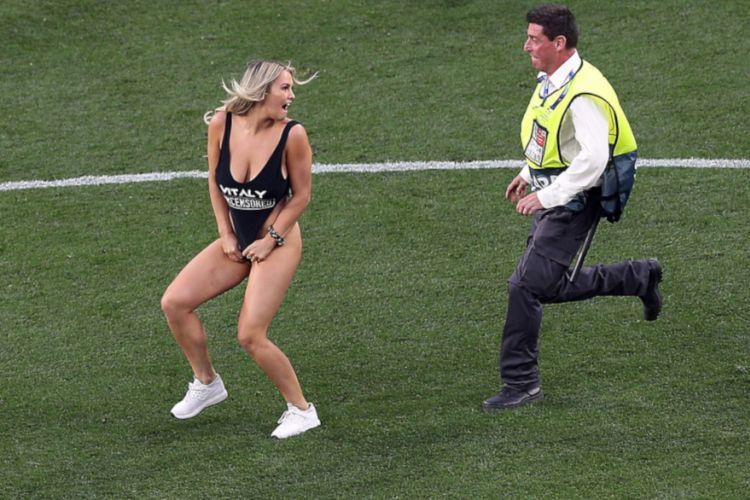 Champions League: Γυναίκα εισέβαλε στο γήπεδο (video)