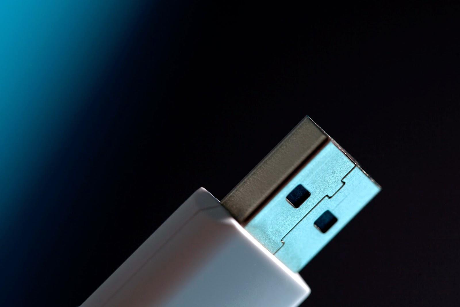 """Karsten Nohl e Jakob Lell construíram provas de conceito indicando que é possível contaminar uma unidade USB sem tocar na memória flash, focando apenas no firmware que controla suas funções.  Isso significa que nem a varredura mais completa encontraria o arquivo malicioso, e que qualquer coisa que use saída USB pode ser infectada - incluindo periféricos como teclado e mouse, além de pendrives.  Eles conseguiram colocar malwares nos chips usados para conectar um dispositivo ao computador e esses arquivos maliciosos são capazes de controlar funções e alterar pastas, além de direcionar o tráfego da internet a sites de interesse do atacante. Tudo sem serem notados.  O USB pode infectar o computador ou ser infectado por ele, e em nenhum dos casos o usuário comum tem chance de descobrir. Apenas um especialista com conhecimentos em engenharia reversa poderia encontrar o problema, mas só se estivesse procurando - e o firmware não costuma levantar suspeitas.  Os pesquisadores mostrarão como isso funciona durante a Black Hat, conferência anual sobre segurança que ocorre na semana que vem em Las Vegas, na intenção de estimular as pessoas a tomarem cuidado com o USB, porque este é um problema sem solução.  O que Nohl e Lell pretendem com a divulgação de suas descobertas é fazer um alerta para que as pessoas tratem dispositivos como pendrives da mesma forma que tratam seringas: cada um só pode usar o seu. É a única forma de garantir que não haverá complicações.  Nesta nova forma de pensar, você tem que considerar uma USB infectados e jogá-lo fora assim que ele toca em um computador não-confiável. """""""