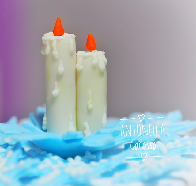 Panettone decorato con candele in pasta di zucchero