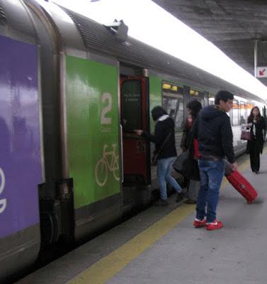 pessoas entrando no trem
