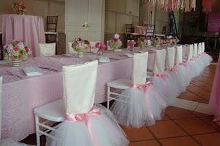 Idee aranjare sala eveniment botez fetita balerina cu scaune invelite in costum balerina si fundite roz