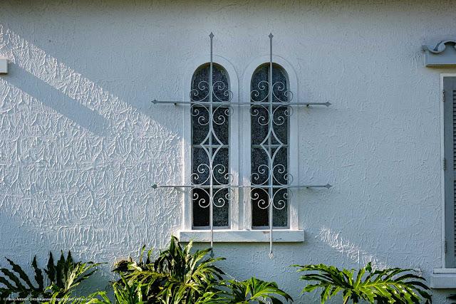 Uma casa na Albano Reis - detalhe de janelas com grade