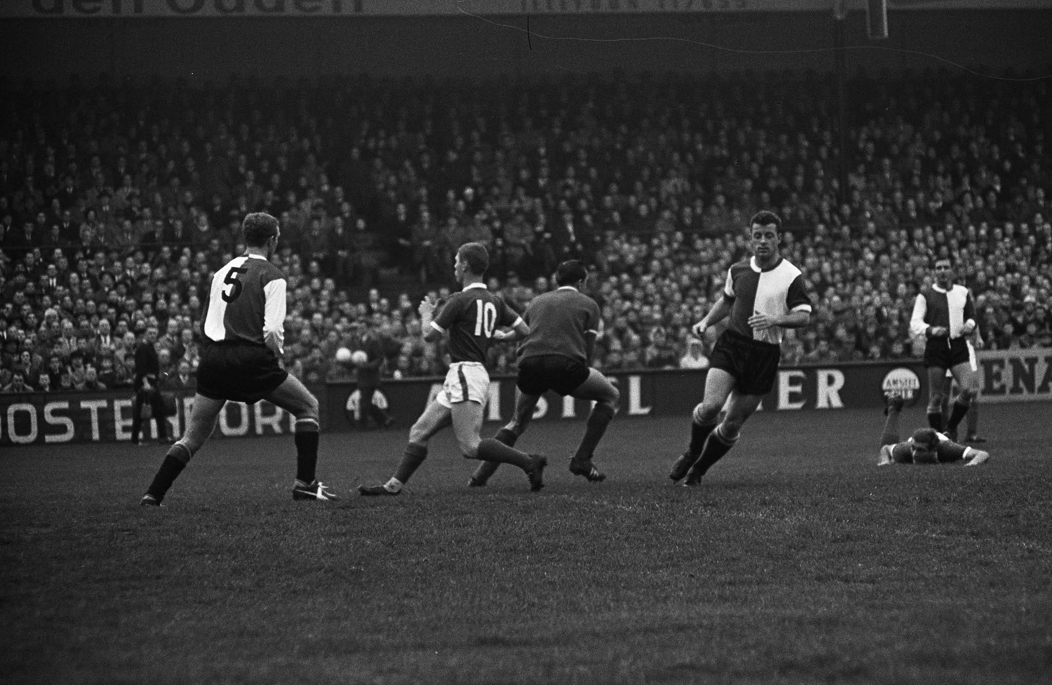 Eddy Pieters Graafland (Feyenoord) grijpt in tijdens een aanval van Sparta