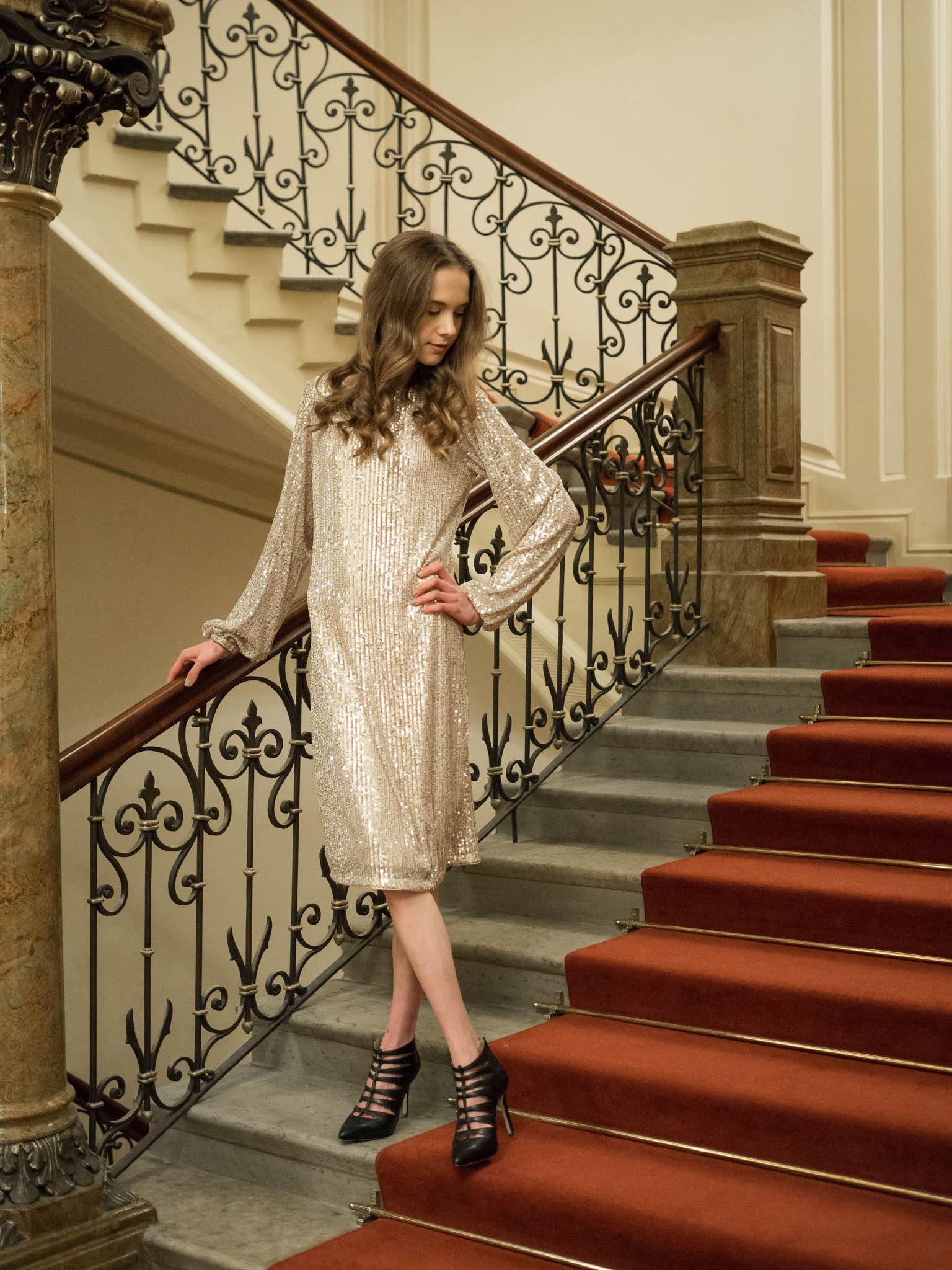 Kultainen paljettimekko // Golden sequin dress
