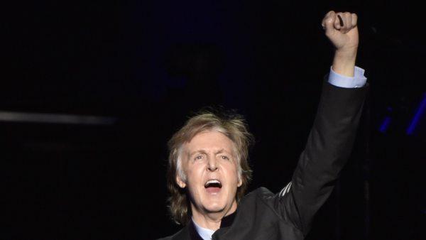 El músico Paul McCartney anima al público durante una actuación