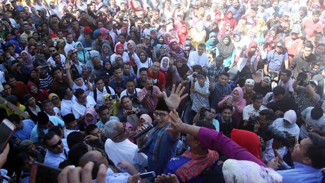 Pecah! Kampanye di Padang, Sandiaga Uno Ajak 'Amak-amak' Goyang Dua Jari