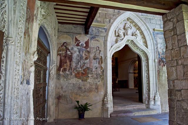 Portada gótica de la iglesia de la Coelgiata de Alquézar, por El Guisante Verde Project