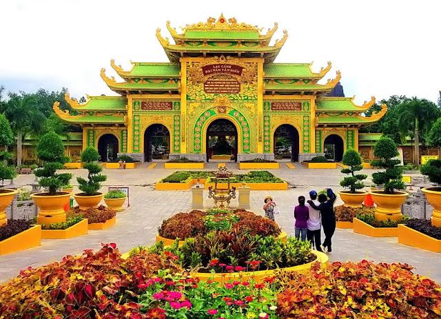 Điểm đến du lịch tâm linh của rất nhiều khách du lịch trong và ngoài nước – Lạc Cảnh Đại Nam Văn Hiến (Ảnh sưu tầm)