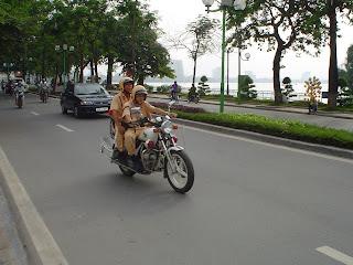 Policía de Vietnam en moto