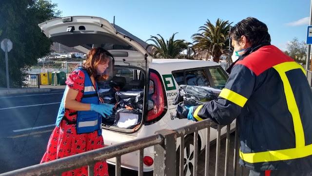 Foto%2Bde%2Bjaneykin - Fuerteventura.- Bomberos de La Oliva distribuye el material escolar que alumnos del municipio necesitan para finalizar el curso desde casa