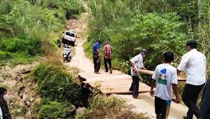 Kunjungan Mendadak, Rombongan Bupati Bikin Jembatan Darurat