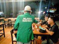 Malam Minggu Relawan Rumah Qur'an Membagi Masker dan Hand Sanitizer Dari Cafe Ke Cafe