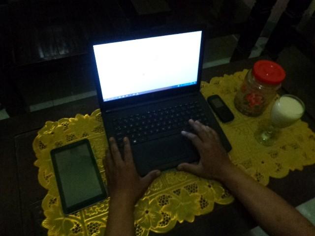 Foto Laptop, Tablet, HP Jadul, Kerja Lembur